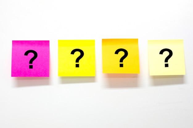 Fragezeichen auf papier Premium Fotos