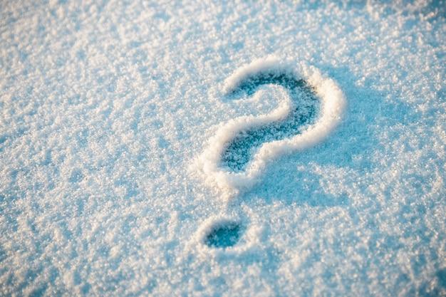 Fragezeichen auf schnee gezeichnet Premium Fotos