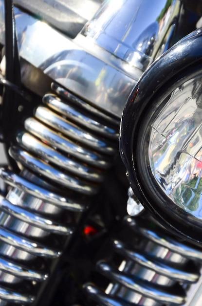 Fragment der chromierten glänzenden lampe des alten klassischen motorrades Premium Fotos