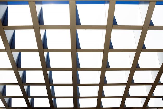 Fragment der modularen stahlkonstruktion der decke oder des dachs. abstrakter hintergrund. Premium Fotos