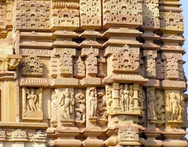 Fragment des alten flachreliefs am berühmten erotischen tempel in khajuraho, indien Premium Fotos