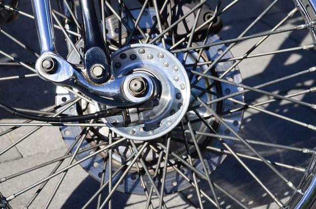Fragment des chromierten glänzenden rades des alten klassischen motorrades Premium Fotos