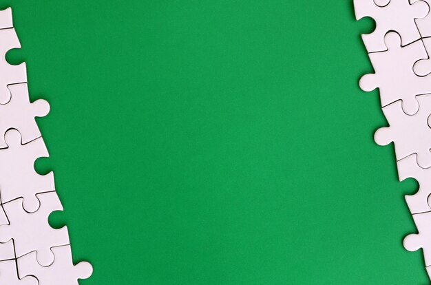 Fragment eines gefalteten weißen puzzles auf dem hintergrund Premium Fotos