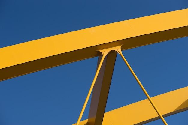 Fragmente einer modernen gelben konstruktion mit einem blau Kostenlose Fotos