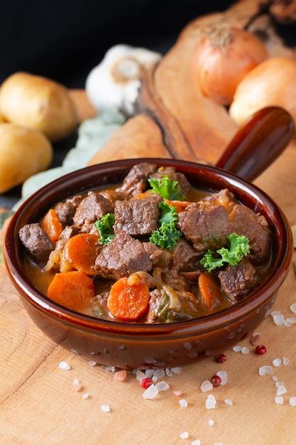Französische klassische rindfleischeintopfgericht des lebensmittelkonzeptes estouffade de boeuf mit kopienraum Premium Fotos