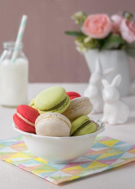 Französische plätzchen macarons oder der makronen mit frühlingsblumen, ostern-konzept. Premium Fotos