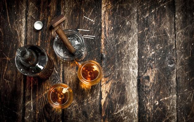 Französischer cognac mit einer zigarre. Premium Fotos