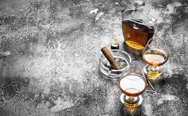 Französischer cognac mit einer zigarre Premium Fotos