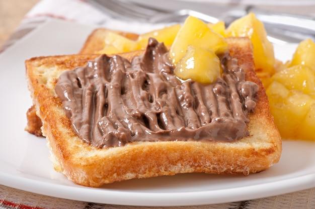 Französischer toast mit karamellisierten äpfeln und schokoladencreme zum frühstück Kostenlose Fotos