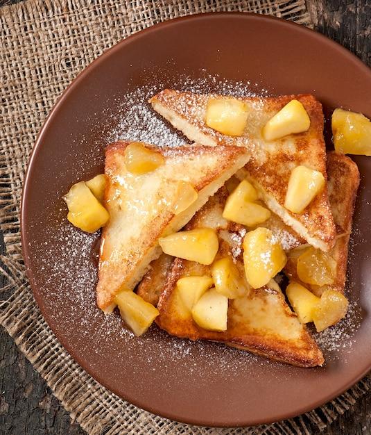 Französischer toast mit karamellisierten äpfeln zum frühstück Kostenlose Fotos