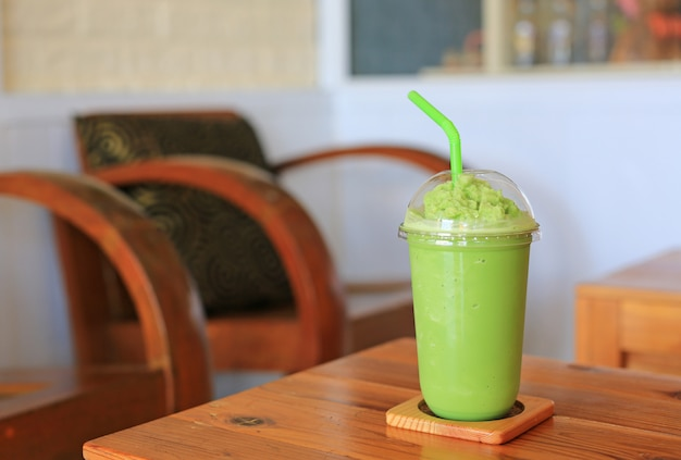 Frappe des grünen tees auf hölzerner tabelle Premium Fotos
