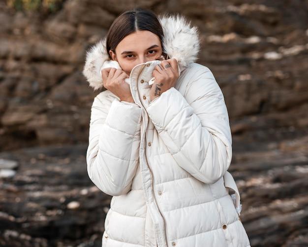 Frau allein am strand mit winterjacke Kostenlose Fotos