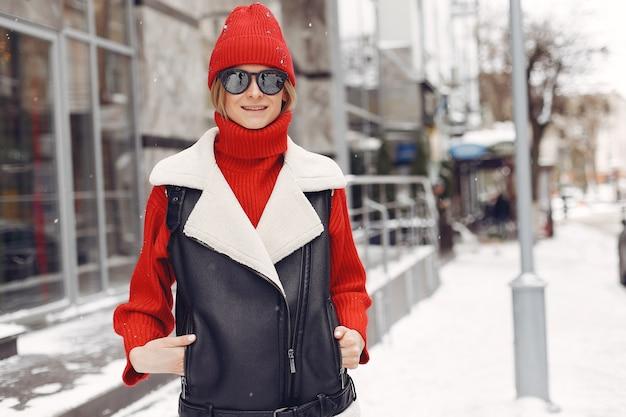 Frau am gebäude. neujahrsstimmung. dame in einer schwarzen jacke. Kostenlose Fotos