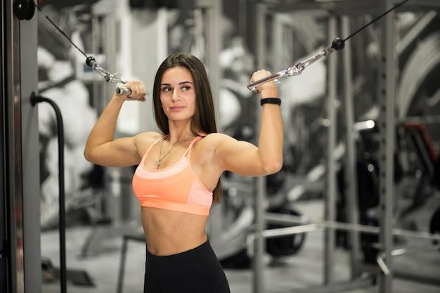 Frau am gymnastikkörpergebäude Kostenlose Fotos