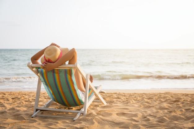 Frau am strand im sommer bräunen Premium Fotos