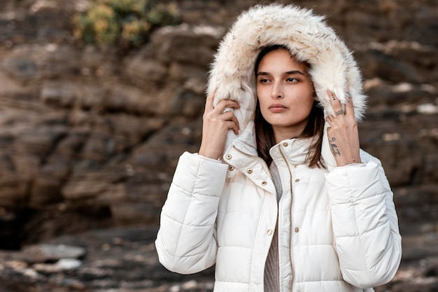 Frau am strand mit winterjacke Kostenlose Fotos
