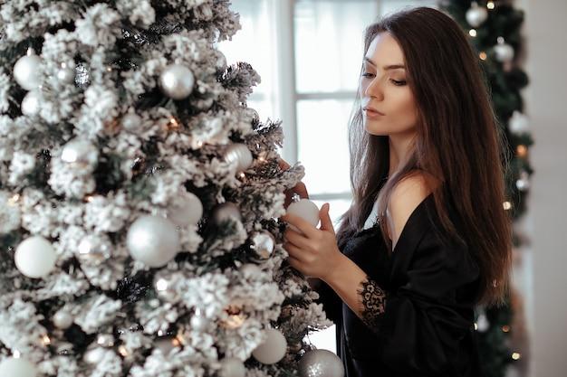Frau am weihnachtsbaum Kostenlose Fotos