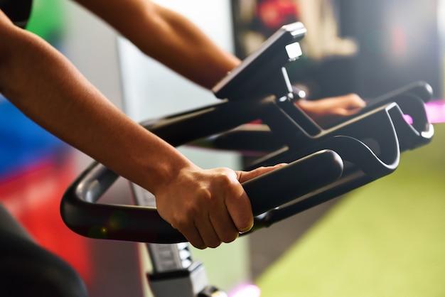 Frau an einer turnhalle, die das spinnen oder cyclo innen mit intelligenter uhr tut Kostenlose Fotos
