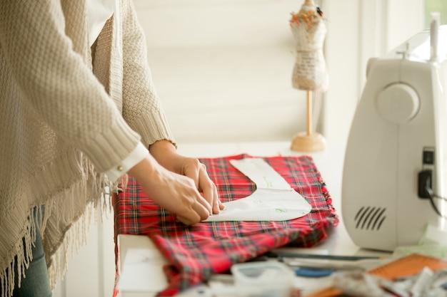 Frau arbeitet mit einem Nähmuster | Download der kostenlosen Fotos