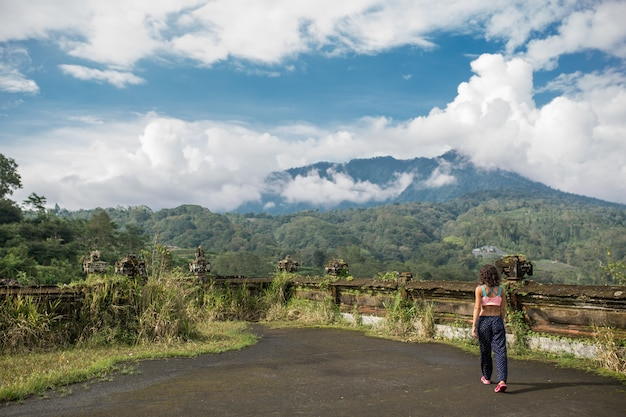 Frau auf balinesse berglandschaft Premium Fotos