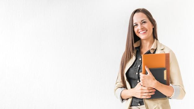 Frau bei der arbeit, die ihre anmerkungen mit kopienraum hält Kostenlose Fotos