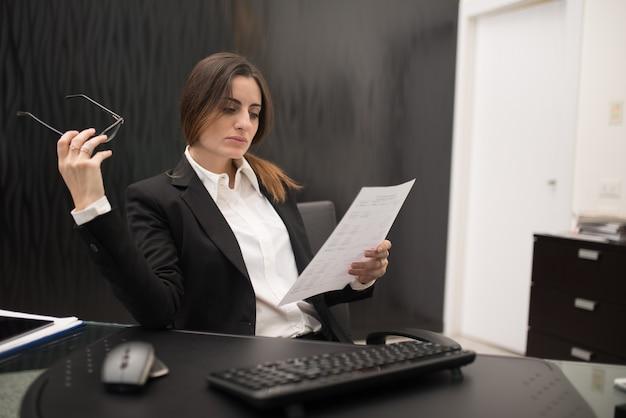 Frau bei der arbeit in ihrem büro Premium Fotos