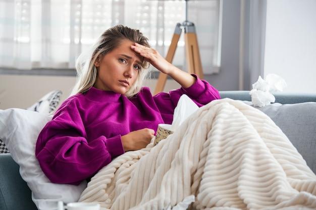 Frau bei erkältung und grippe beim niesen erwischt. Premium Fotos