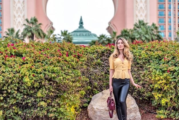 Frau bei palm jumeirah, dubai Premium Fotos