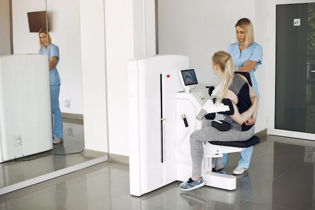 Frau bei physiotherapie, die körperliche übungen mit qualifiziertem therapeuten macht Kostenlose Fotos