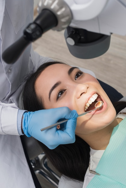 frau beim zahnarzt  kostenlose foto