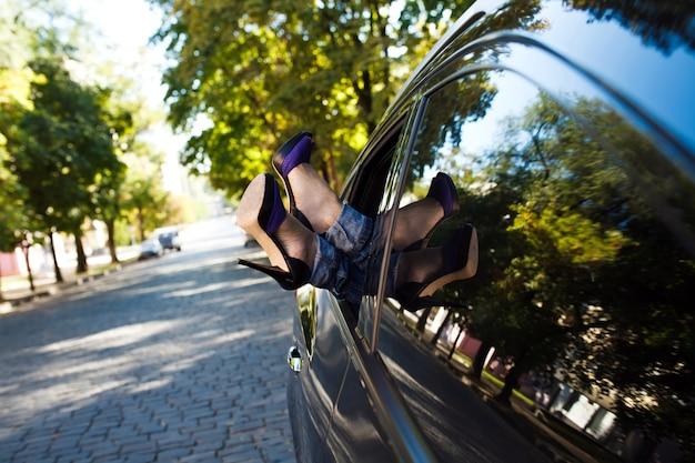 Frau beine aus dem autofenster. Premium Fotos