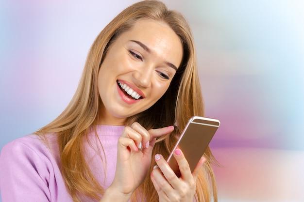Frau benutzt ein smartphone Premium Fotos