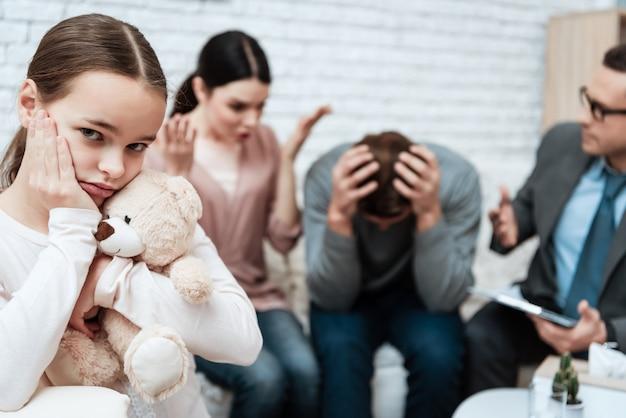 Frau beschweren sich beim ehemann in der psychologenkanzlei Premium Fotos