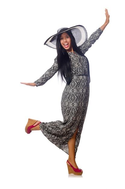 Frau des schwarzen haares im langen grauen kleid und im hut lokalisiert auf weiß Premium Fotos