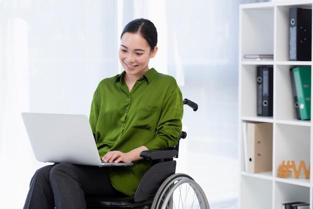 Frau, die am laptop arbeitet Kostenlose Fotos