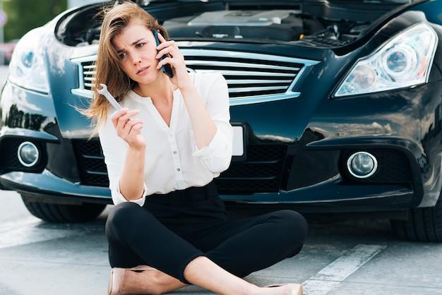 Frau, die am telefon sitzt und spricht Kostenlose Fotos