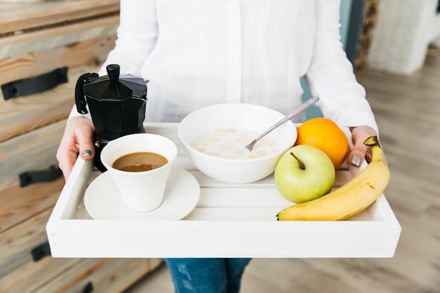 Frau, die an der küche frühstückt Kostenlose Fotos