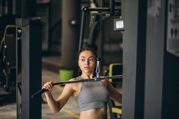 Frau, die an der turnhalle alleine trainiert Kostenlose Fotos
