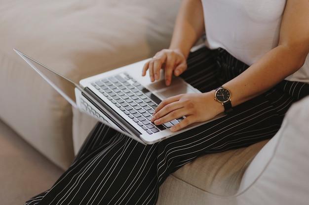 Frau, die an einem laptop arbeitet Kostenlose Fotos