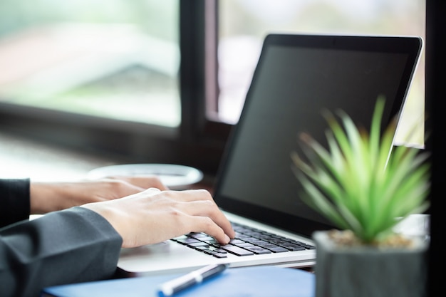 Frau, die an ihrem laptop auf einer terrasse arbeitet Premium Fotos