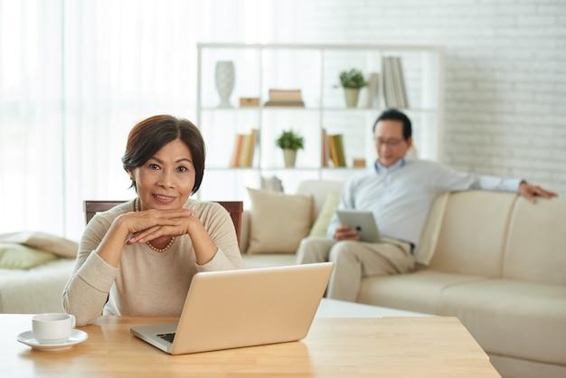 Frau, die an laptop arbeitet Kostenlose Fotos