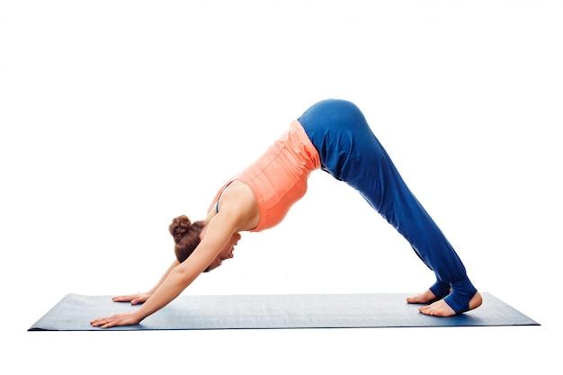 Frau, die ashtanga vinyasa yoga asana adho mukha svanasana tut Premium Fotos