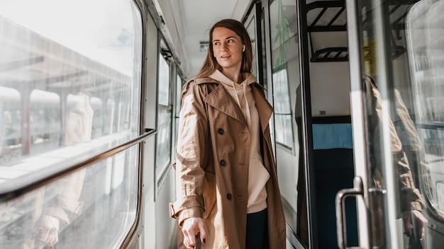 Frau, die auf dem zugkorridor geht Kostenlose Fotos