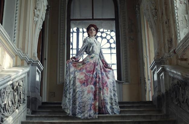 Frau, die auf die oberseite eines treppenhauses steht Premium Fotos