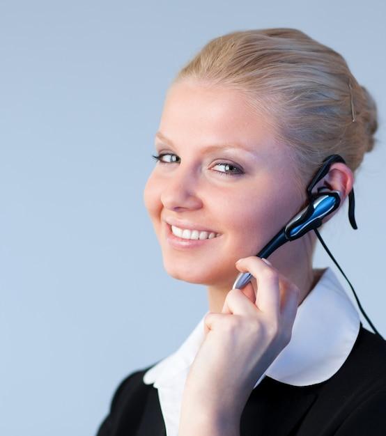 Frau, die auf einem kopfhörer spricht Premium Fotos