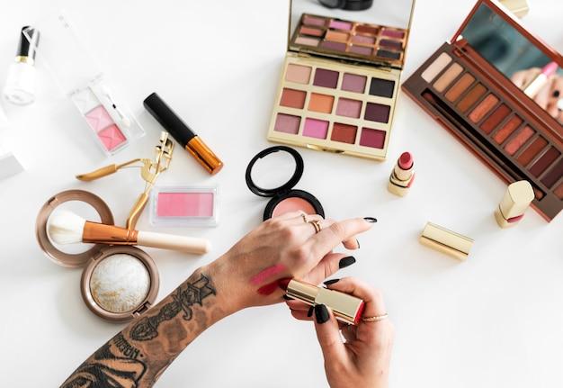 Frau, die auf make-up versucht Premium Fotos