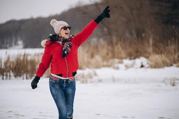 Frau, die auf see im winter läuft Kostenlose Fotos