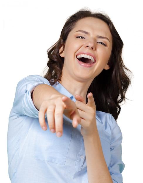 Frau, die auf sie zeigt und lacht Premium Fotos
