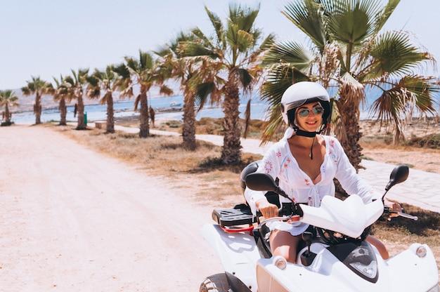 Frau, die auf viererkabel durch th-ozean reist Kostenlose Fotos