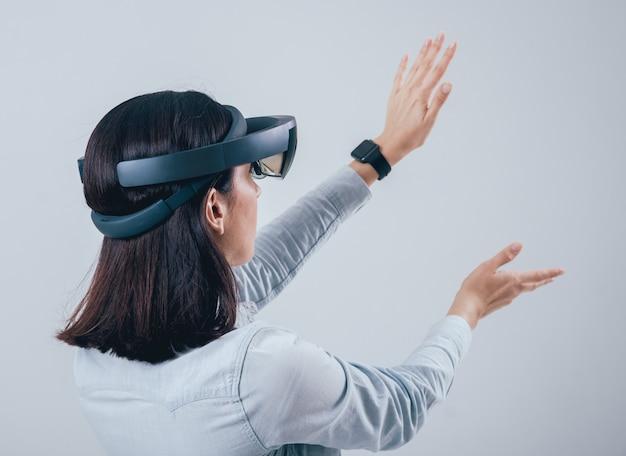 Frau, die augmented-reality-brille trägt. Premium Fotos